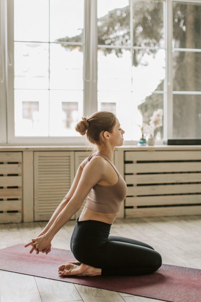 yoga houdingen voor nek en schouders
